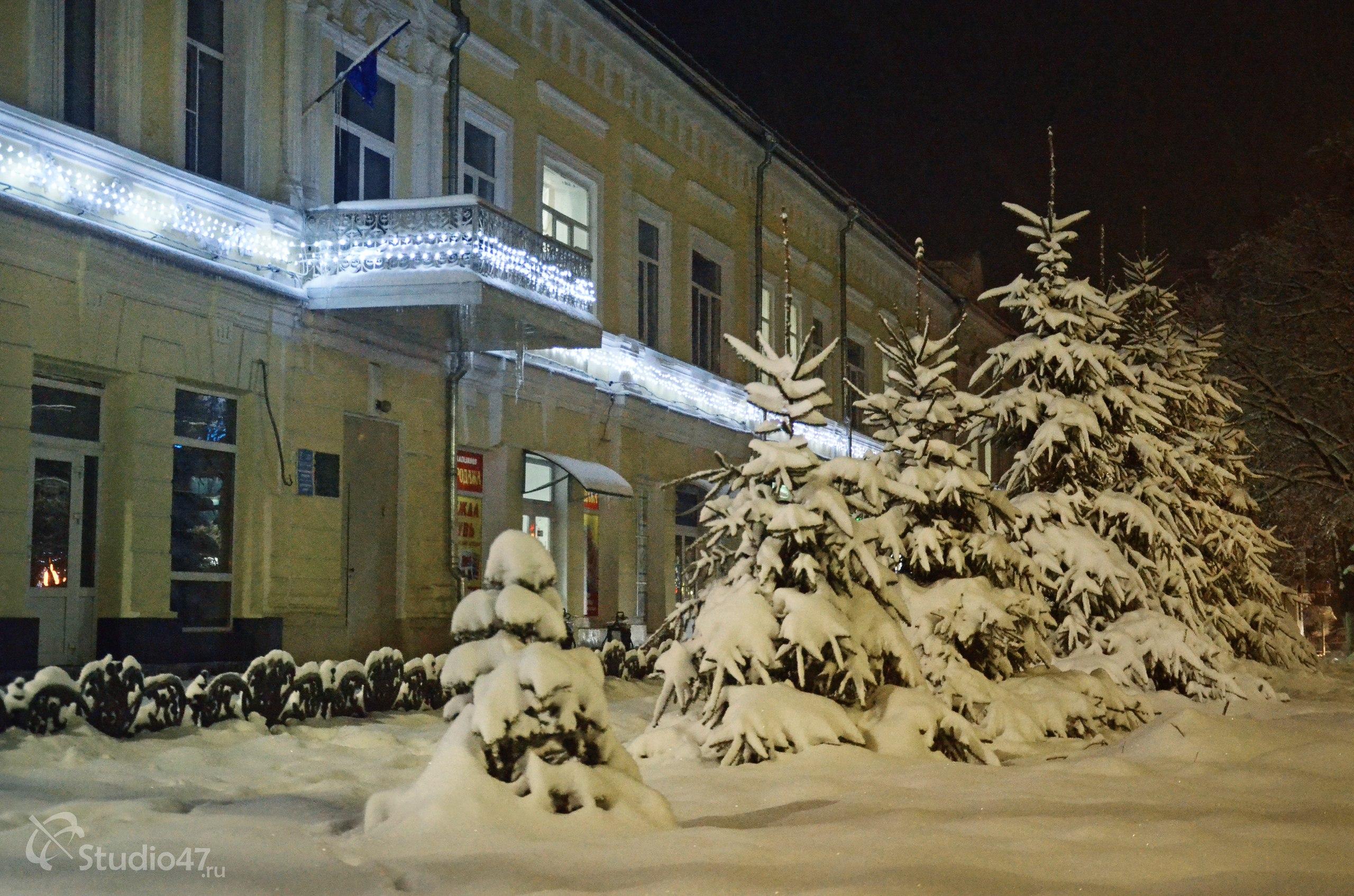 Новогоднее украшение зданий в центре города
