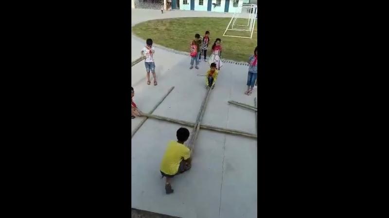 Китай. Детский танец-игра Бамбуковые шесты
