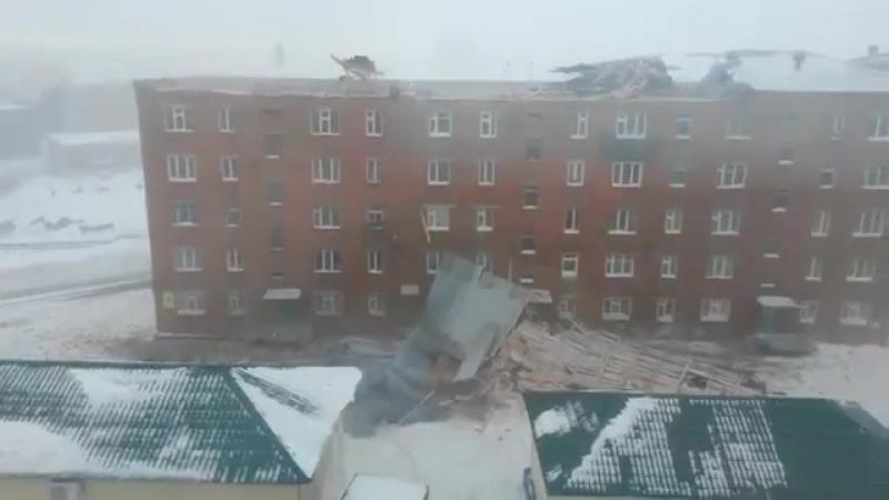 Ветром снесло крышу с жилого дома ( Дудинки - Красноярский край ) ...