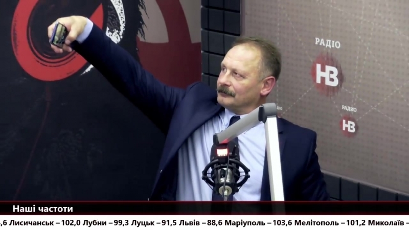 Чим займаються депутати між репліками в прямому ефірі? Депутат БПП Олег Барна робить селфі.