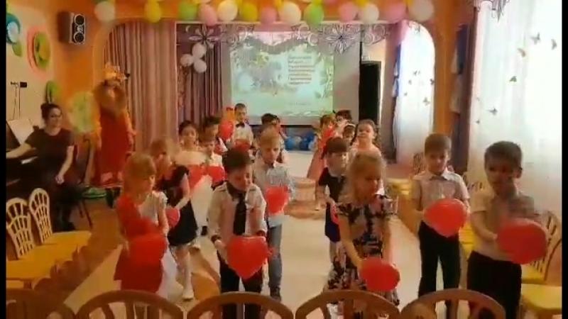 Наши детки танцуют в детском саду танец для мам. Мой сыночек второй слева