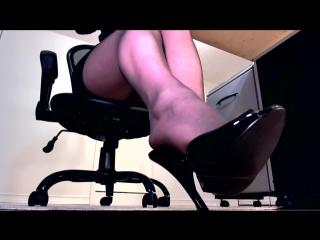 Под столом в офисе / Фут-фетиш / Фемдом