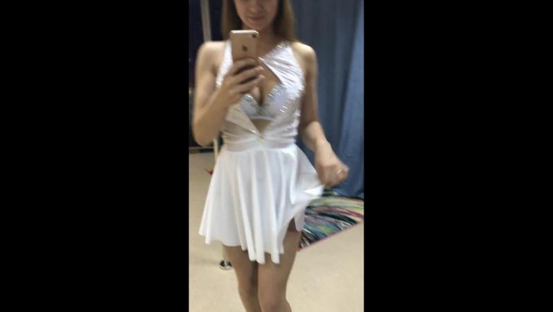 Короткое белое платье в стразах