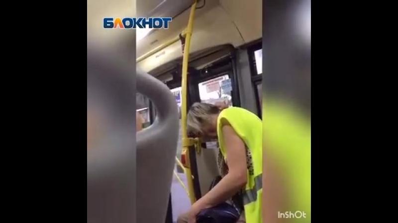 Пьяная в дрова кондуктор попала на видео в волгоградском автобусе №25