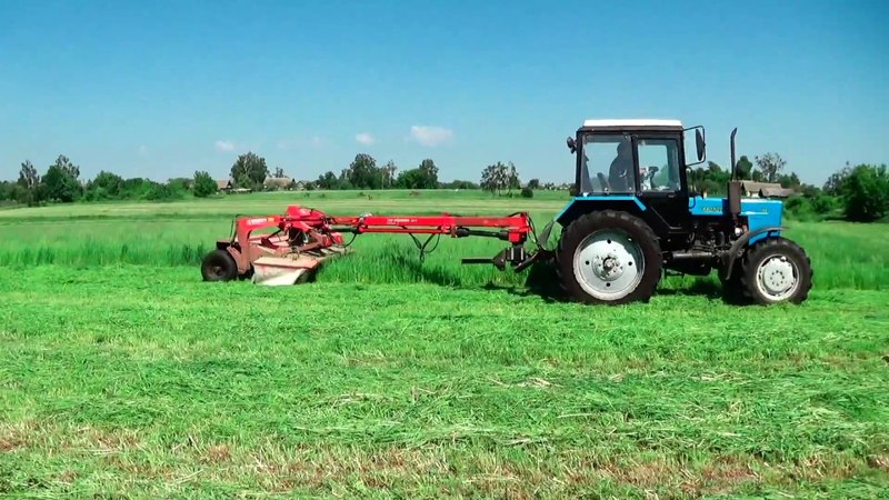 МТЗ 82 на кошении и сгребании травы