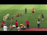 Марадона сыграл в футбол со своим фанатом-инвалидом