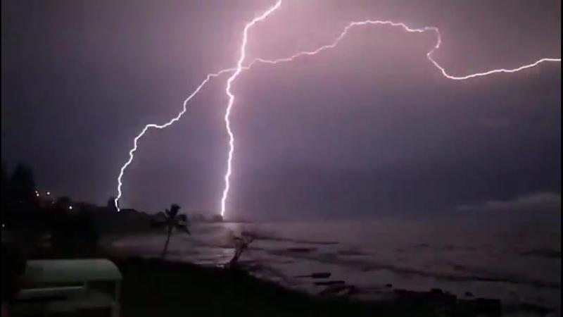 Многократный и продолжительный удар молнии вблизи Марукидора Квинсленд Австралия 16 02 2018