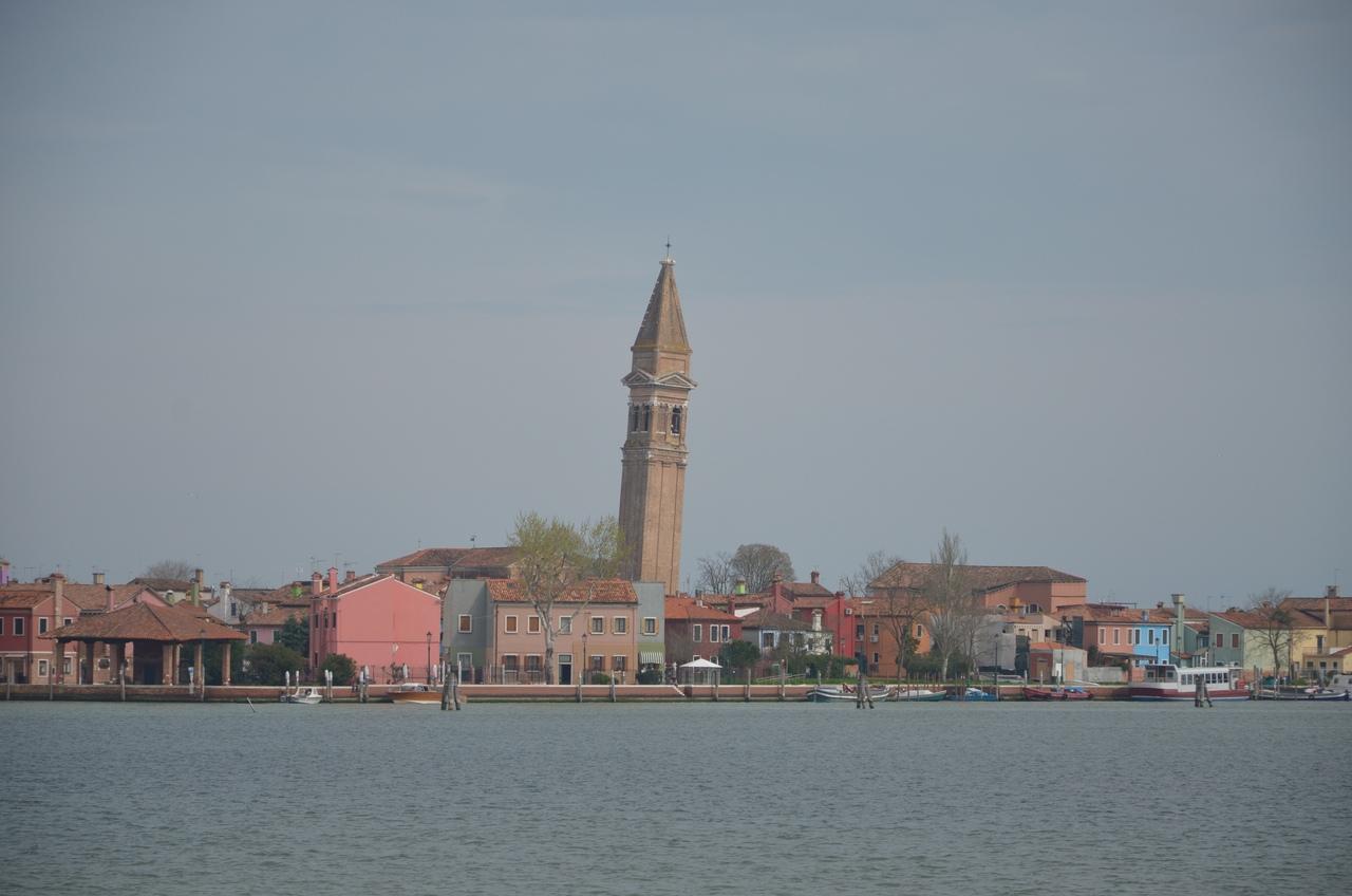 23pH4O-kqKc Бурано остров в Италии (Венеция).