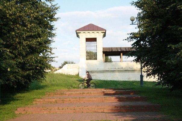 Это единственный сохранившийся акведук из пяти таких Мытищинского (Екатерининского) водопровода. Сделан по лучшим римским лекалам (потому что Москва — третий Рим, а четвертому не бывать).