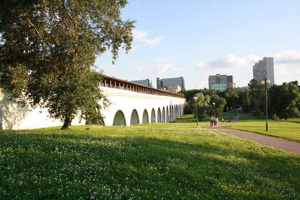 21 арка, огромный исполин над Яузой. Больше такого нет, хотя Россия получила в наследство три настоящик акведука, первый разобрали в 1998, второй в 2003. Самый длинный (на момент постройки) каменный мост, охрененно дорогой. Даже прозван в народе «Миллионным мостом». Ну и вызвал недовольство черни: земли-то отбирали в пользу водопровода.