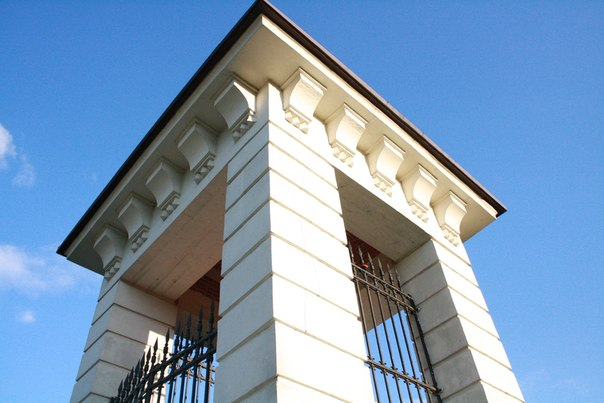 Архитектор Бауэр подарил красивый внешний вид и силуэт русского зодчества. Вместе с ним добавил и кое-что новое.