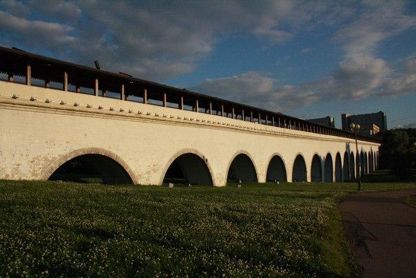 У самого акведука нет газона, здесь полянка из белого красивого клевера — клааас.