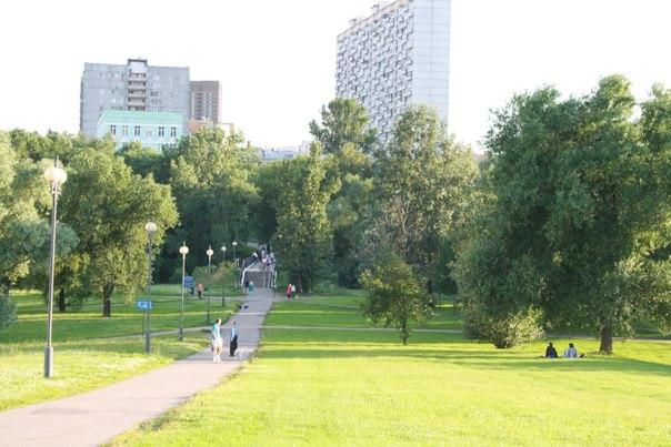Впереди парка — мост через Яузу. Пешеходный, чугунный, асфальтированный.  Ну как романтична парочка справа под деревом.