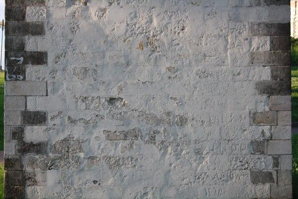 Зато стена самого акведука хоть и слегка покоцаная, но очень красивая. Приятный известковый камень. Снизу наскальная живопись.
