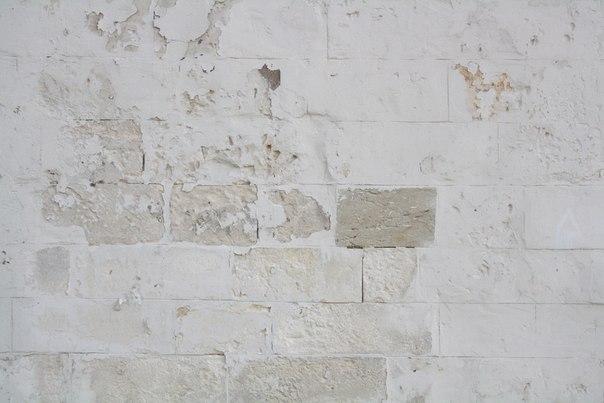 Опять фрагмент кладки. Виднеются щели между камнями, довольно крупные. И уже можно видеть определённый ритм и структуру кладки, которая довольно ровная не смотря на не редкие треснувшие кирпичи.