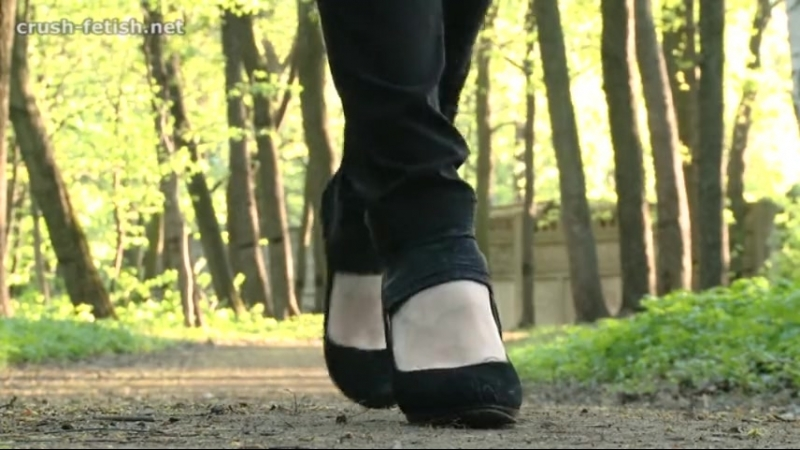 Crush snail black heels in park