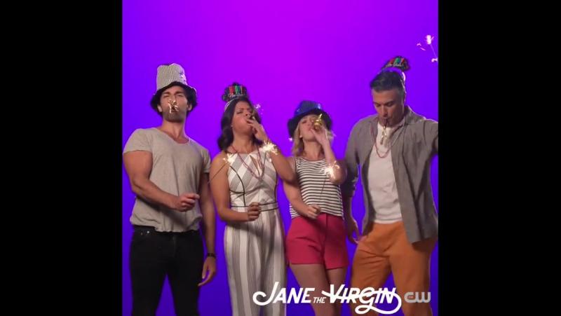 Каст сериала Девственница Джейн поздравляет вас с Новым годом