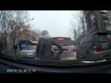 Бабушка переходит дорогу с коляской