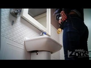 devku-trahayut-v-tualete-kluba-podsmotrennoe-video