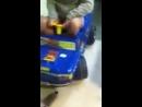 Деваха на детской машинке