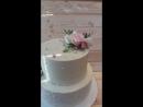 Свадебный торт с живыми цветами весом 5.3 кг. нижний ярус Ферреро с фундуком, верхний - миндально-клубничный.