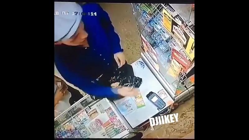 Ворюга обчистил витрину магазина на 17-м квартале.Якутск