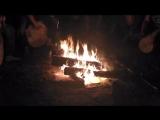 Слушаем барабаны у костра в последний день нашего пребывания в Окунево