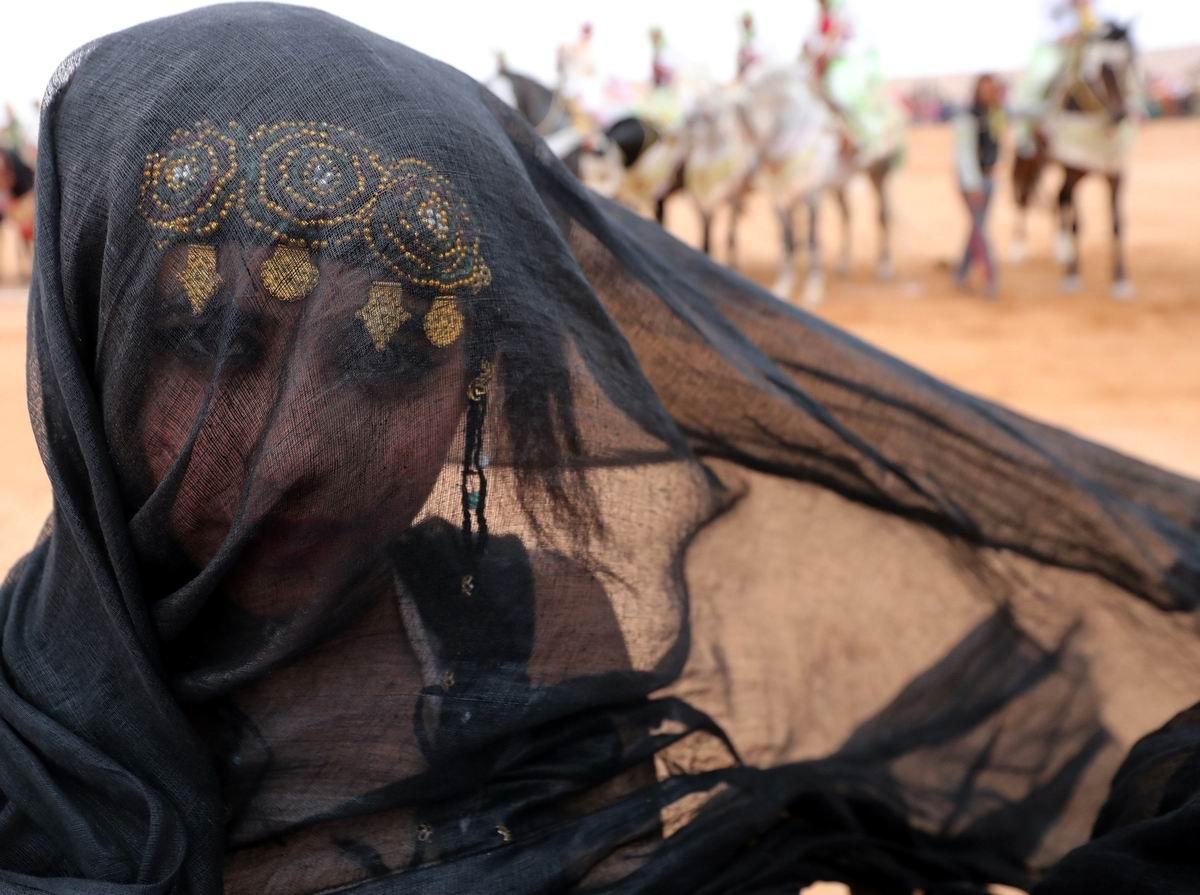 Лицо под темной вуалью: Марокканская красавица посреди пустыни