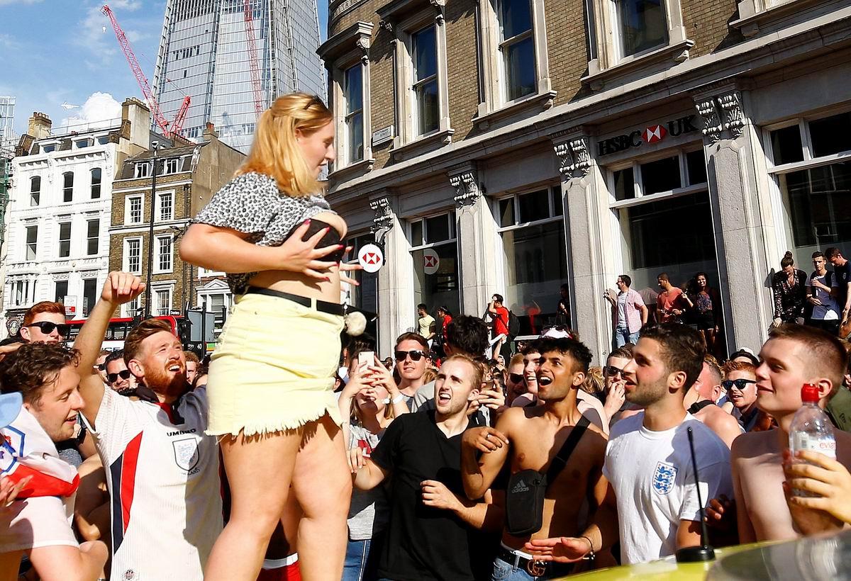Вы посильней раззявьте рты: Британские болельщики и пышнотелая красавица на улице Лондона