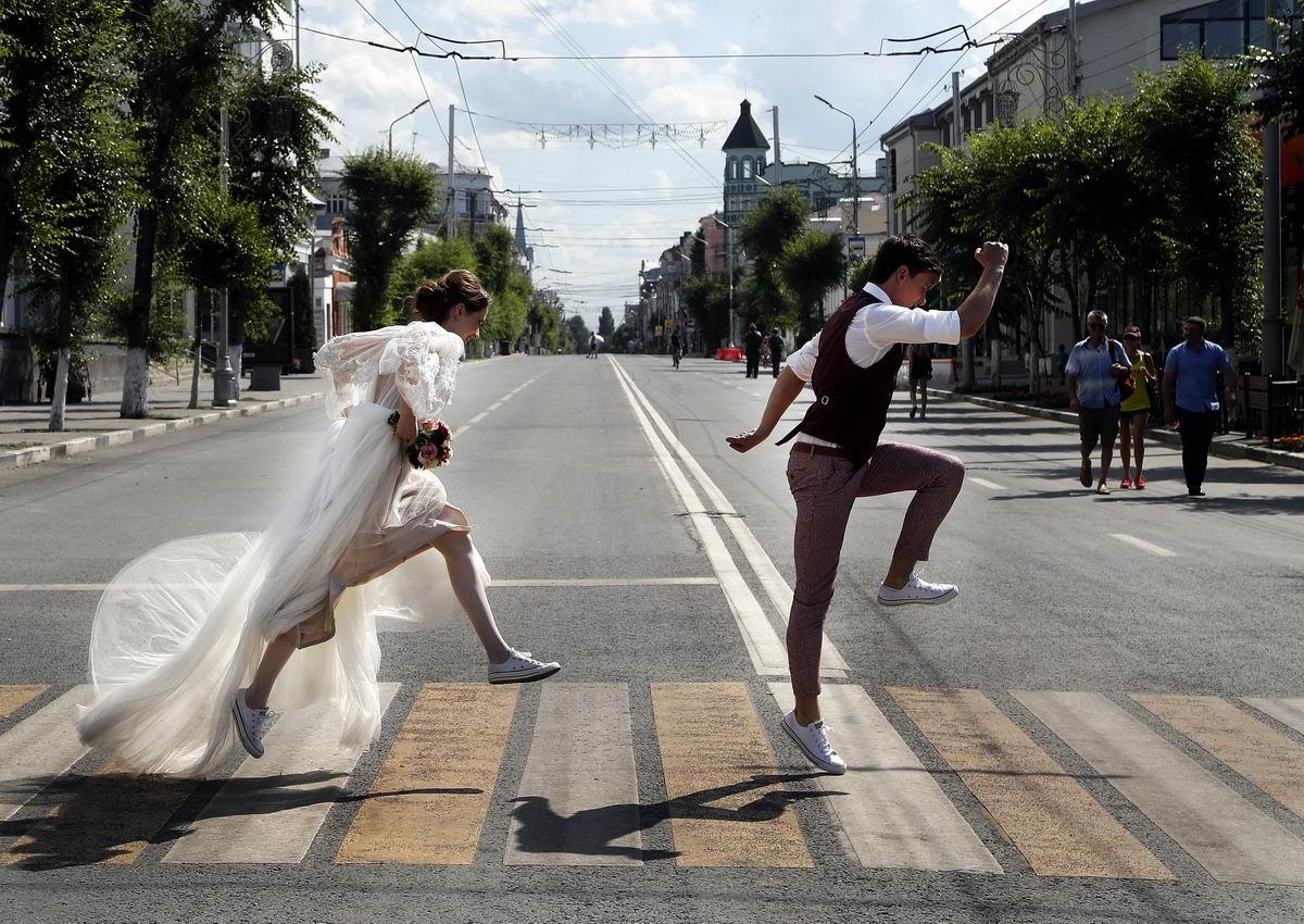 Мы любим скакать как асфальтные козлики: Свадебные шалости жениха и невесты по-самарски