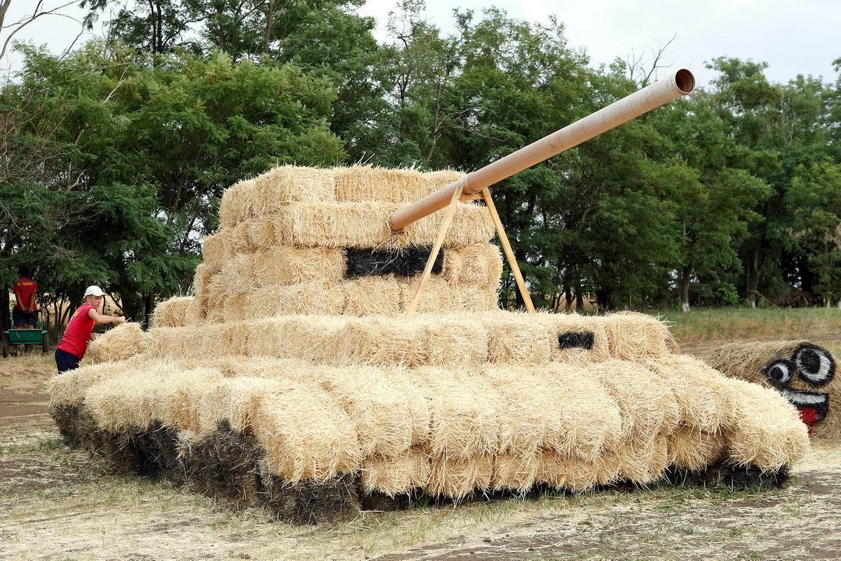 Мы можем строить танки даже из соломы: В деревенском парке развлечений на Ставрополье