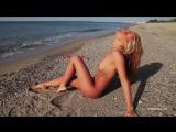 Нудистка на пляже?Голая девушка танцует стриптиз.