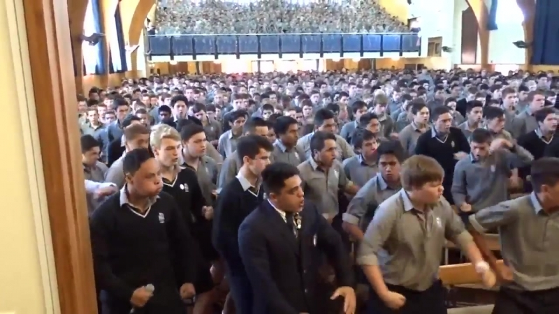 Ученики средней школы Палмерстон Норт Бойз в Новой Зеландии исполняют традиционный танец хака на траурной церемонии в память об