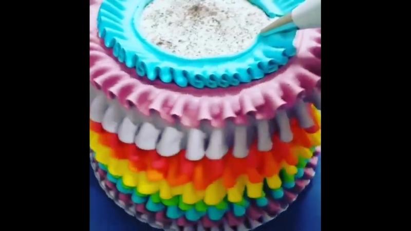 Кремовые оборки, волны и рюши на торте это бесспорно один из самых эффектных способов украшения торта!
