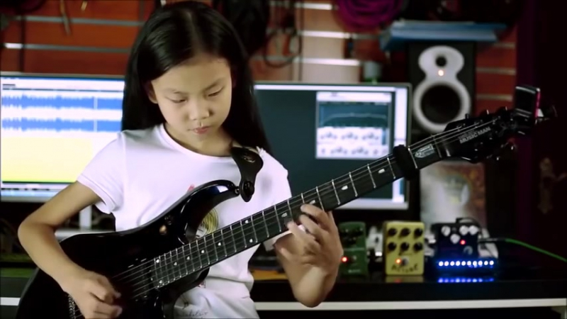 Liu Pinxi aka Yoyo Plays Mindblowing Guitar Ages 8 -10
