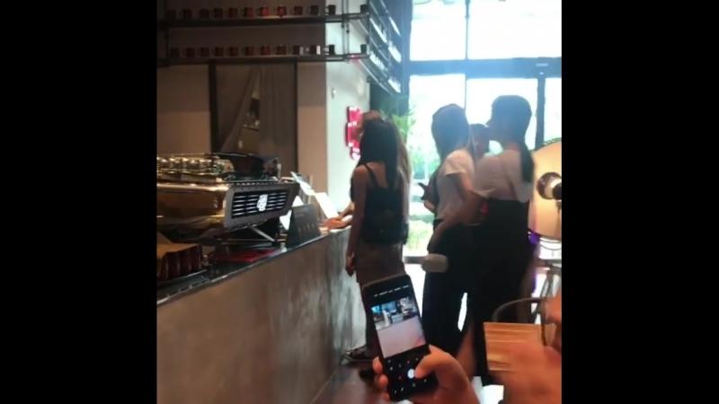 180814 Чонен,Момо,Сана,Мина,Чеён,Цзыюй в кафе «Soul Cup» в новом здании JYPE. cr. yilihhhhh.