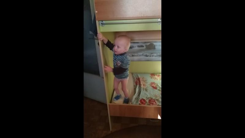 Младший сынок подтягивается