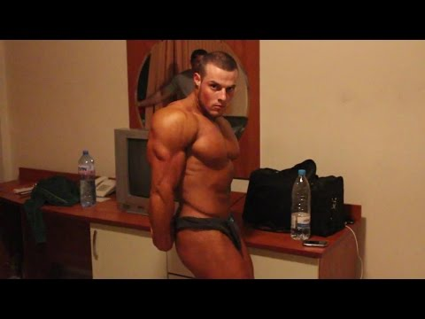 RIPPED BODYBUILDER POSING AT HOME - VERRY HOT AMAZING BODY 2014 2