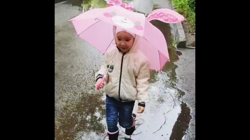 ❤ слаще тебя нет сладости на свете моя принцесса мой зайчонок🐇 лапочка моя😍 Улыбаясь с зонтиком в дождливый день лета 🌦 По