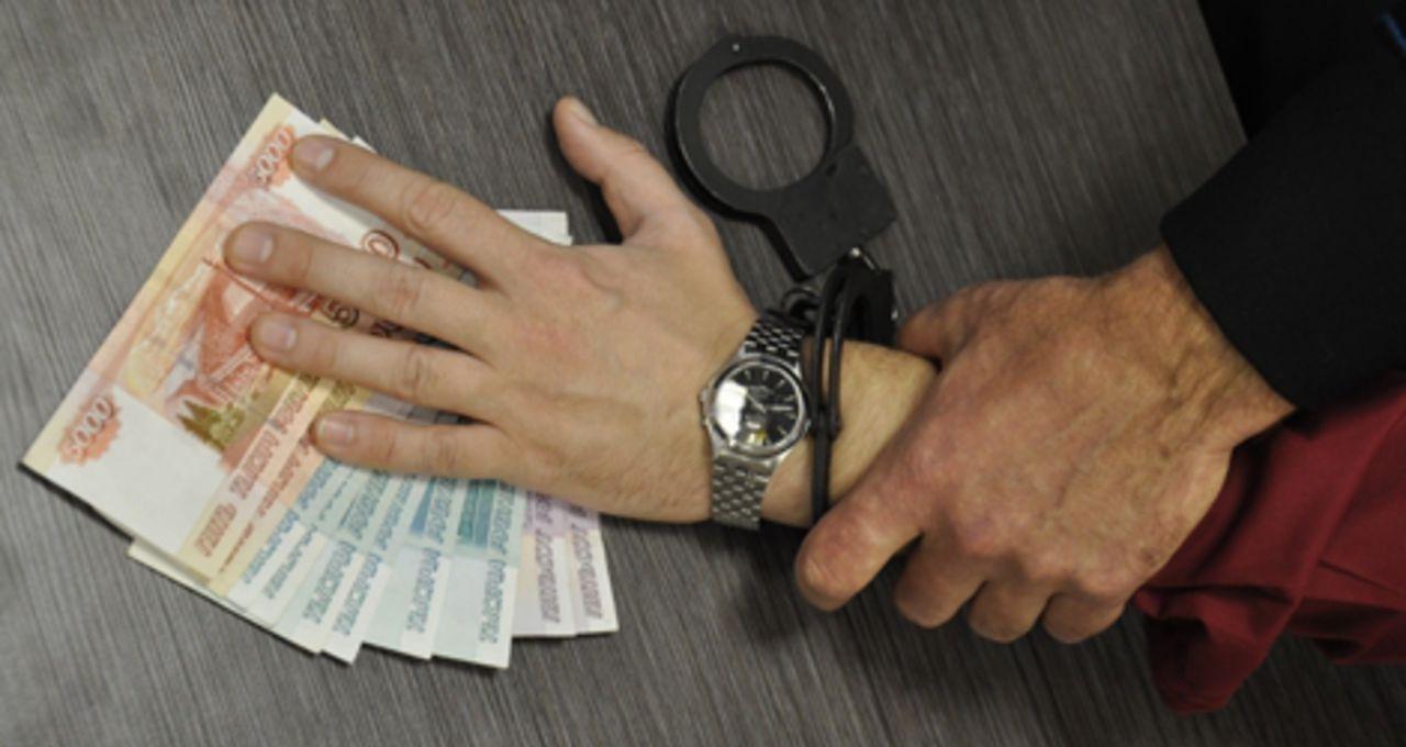 Вахтовик пытался дать взятку участковому после «пьяного» взлома общежития в томском селе