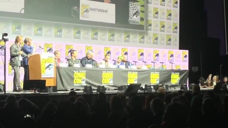 Джаред на Комик-Коне рассказывает про то, как Сэм всё разгребает, когда Дин ушёл.