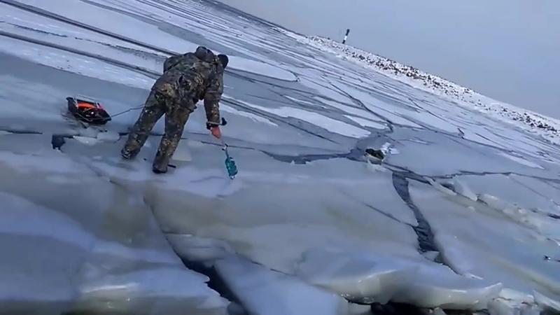 Волна от корабля потрескала тонкий лёд в заливе