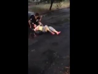 В Ростове неадекватный мужчина у поликлиники взял в заложники женщину, идущую из магазина. Полицейские на вызов примчались через