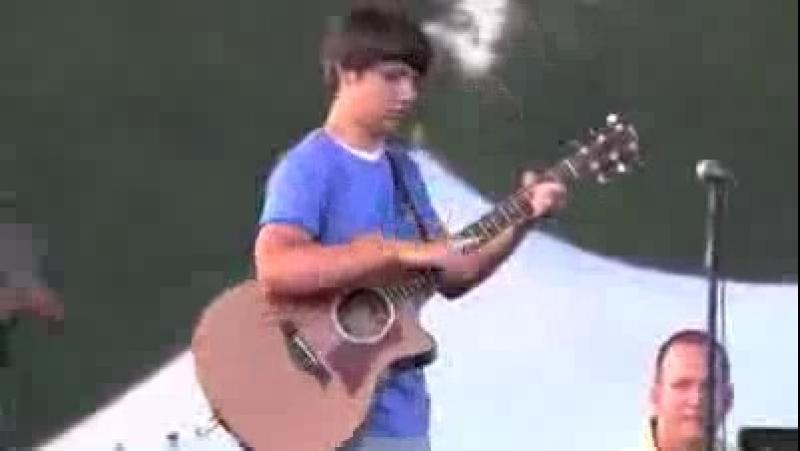 Парень нереально круто играет на гитаре