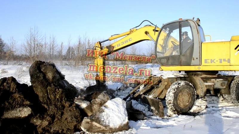 Мензелинские коммунальщики роют канаву для отвода воды от деревни Куяново в Республике Татарстан