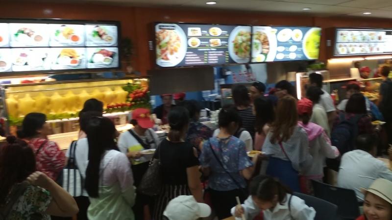 Нашествие китайских туристов в кафе в аэропорту Бангкока