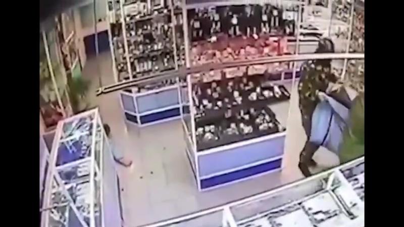 В Москве обчистили ювелирный магазин на 50 млн. рублей.