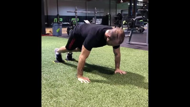 ScottCaan crushing a tough set of push up to knee tucks