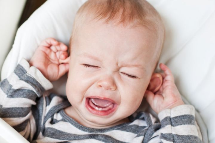 ребенок плачет болит ухо