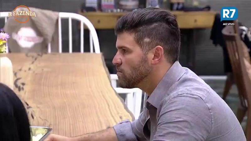Marcelo mostra como é seu xaveco na balada, mas não agrada Flávia nem Monique